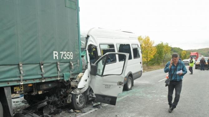 Загиналите в катастрофата с тир и автобус вече са поне четирима