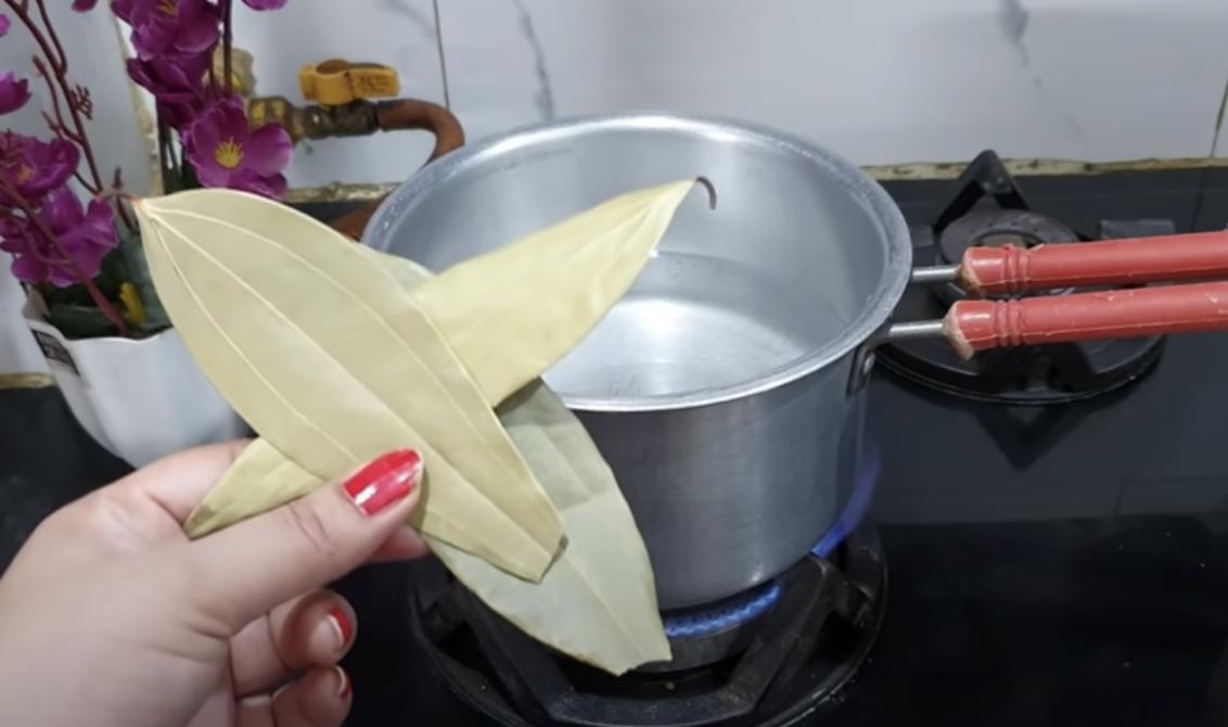 Сварете 3 дафинови листа във вода с канела по тази рецепта: Лекува ставите, прочиства дебелото черво и топи мазнините