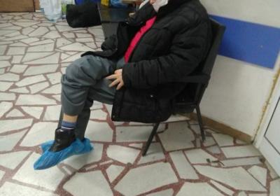 Възрастен болен човек чака 14 часа пред спешния кабинет на плевенската болница, за да го прегледа пулмолог